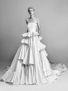 Wedding gown from Viktor & Rolf Mariage fall 2017 collection. Pretty Wedding Dresses, Beautiful Wedding Gowns, Princess Wedding Dresses, Bridal Dresses, Beautiful Dresses, Gown Wedding, Dresses Short, Ball Dresses, Ball Gowns