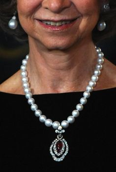 queen sofia of spain wearing a pearl earrings and a pearl necklace with her mother diamond and ruby pendant
