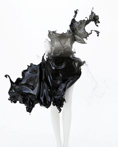 'Crystallization'' one of a kind dress by Iris Van Herpen. Iris Van Herpen's collaboration with Nick Knight and Daphne Guinness. Iris Van Herpen, 3d Fashion, Couture Fashion, Fashion Design, Origami Fashion, Fashion Details, Daphne Guinness, Ex Machina, Sculptural Fashion