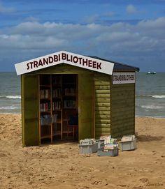 Bella manera de llegar los libros a las playas. - Beach library -