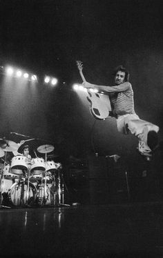Pete Townshend, Keith Moon If you've never seen the Who on stage you can say that you've seen nothing in music. Rock N Roll, Pop Rock, Music Love, Music Is Life, Rock Music, New Wave, Pete Townshend, Blues, Rockers