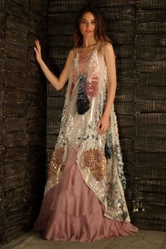 Trendy embroidery fashion show dresses Pakistani Dresses, Indian Dresses, Indian Outfits, Look Fashion, Indian Fashion, Fashion Show, Fashion Online, Fashion Women, Fashion Trends