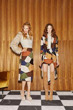 Alice + Olivia Resort 2019 New York Collection - Vogue Moda Fashion, 70s Fashion, Runway Fashion, High Fashion, Fashion Outfits, Womens Fashion, Fashion Tips, Feminine Fashion, Cheap Fashion
