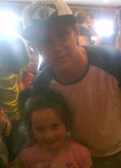 Twitter / 1DFAQ: NEW PIC: Niall with a fan today! ...