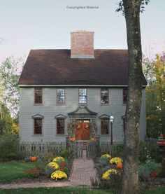 Country Interiors This recently built house in Ohio was based on Georgian-era colonial homes in New England. The post Country Interiors appeared first on House ideas. Exterior Colonial, Colonial House Exteriors, Exterior Paint, Primitive Homes, Primitive Country, New England Homes, New England Style, England Houses, Saltbox Houses