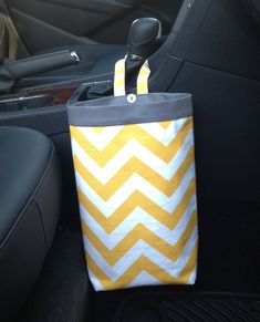 Clever and Cool DIY Car Trash Can Ideas for Messy People - Banning News Diy Bags Easy, Simple Bags, Diy Car Trash Can, Organizer Auto, Sewing Crafts, Sewing Projects, Car Crafts, Trash Bag, Creation Couture