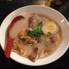 Tonkotsu Ramen Noodle Soups, Ramen Noodles, Food L, Junk Food, Tonkotsu Ramen, Global Food, Japanese Food, Thai Red Curry, Yum Yum