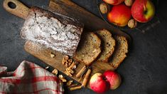 Jednoduchý chlebíček je vláčný po strouhaných jablíčkách, křupnou vněm vlašské ořechy azavoní skořice. Dokonalá esence podzimu! Vyzkoušíte ho? Apple Dessert Recipes, Banana Bread, French Toast, Breakfast, Morning Coffee