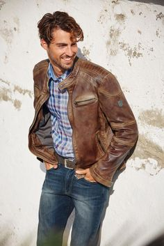 Dein natürliches Outfit für den Everyday-Style. Die braune Lederjacke von Rhode Island wird zum Hauptdarsteller, der von dem klassischem Karohemd und den schwarzen Jeans harmonisch getragen wird. Den Kontrast setzt du mit den weißen Stan Smith.