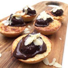 Sundere alternativer - nemme desserter og søde sager   Mummum.dk Protein Muffins, Protein Snacks, Healthy Sweets, Healthy Eating, Lchf, Keto, Herbalife, Doughnut, Cheesecake