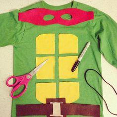 Este disfraz de tortuga ninja se podría hacer muy fácil pegando cartulina, airofix, goma Eva o bolsa amarilla sobre una bolsa verde de plástico de multipapel | http://www.multipapel.com/subfamilia-bolsas-basura-colores-para-disfraces.htm