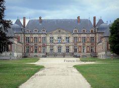 Château+de+Courson:+Façade+du+château+et+allée+bordée+de+pelouses+;+sur+la+commune+de+Courson-Monteloup - France-Voyage.com