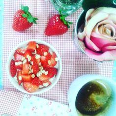 Bom dia! Depois dos abusos vêm os cuidados... Pequeno almoço nutritivo: 1 iogurte alpro soja natural 1 colher de sopa rafada de sementes de chia 4 morangos 1 mãozinha de flocos de aveia e uma pitada de canela Que tal? #healthy #breakfast #deolhonamesa