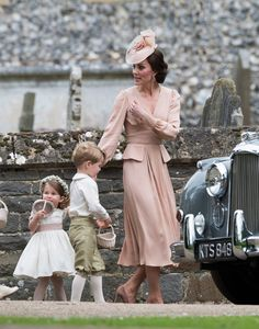 Kate Middleton Photos Photos - Catherine, Duchess of Cambridge speaks to Princess Charlotte after the wedding of Pippa Middleton and James Matthews at St Mark& Church on May 2017 in in Englefield, England. - Wedding of Pippa Middleton and James Matthews Pippa Middleton, Vestidos Kate Middleton, Kate Middleton Pictures, Princesse Kate Middleton, Kate Middleton Style, Middleton Family, Prince William And Kate, William Kate, Pippas Wedding
