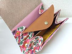 Accordion pouch (also another pin with video tutorial) Sew Wallet, Purse Wallet, Pouch, Leather Bag Tutorial, Diy Purse, Liberty Print, Leather Craft, Purses And Bags, Coin Purses