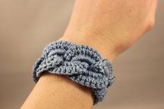 Bonito brazalete con círculos encadenados. / Crochet Bracelet Infinity Link Cuff by jane77