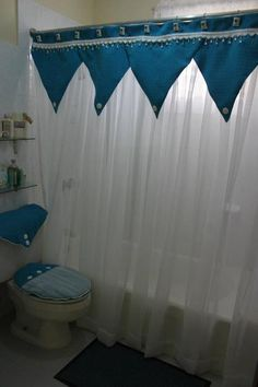 Cortina para baño Bathroom Curtains, Drapes Curtains, Valance, Bathroom Crafts, Bathroom Sets, Crochet Curtains, Curtain Patterns, Bathroom Furniture, Bedroom Apartment