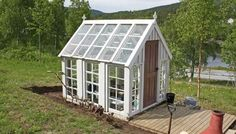 Gamle vinduer og god hjelp av snekkerkyndig samboer og nærmeste familie ga Heidi drivhuset hun drømte om.