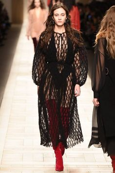 Fendi Fall 2017 Ready-to-Wear Fashion Show - Greta Varlese Dolly Fashion, Vogue Fashion, Fashion Week, Fashion 2017, Star Fashion, Couture Fashion, Runway Fashion, High Fashion, Fashion Show