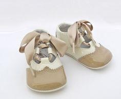 Zapatito para niño charol  · Nueva colección  · Bonito zapatito de charol combinando beige con camel  · Gran calidad  · Suela blanda   · Finísimo, ideal bautizo o vestir.   · Fabricado en España (como todo lo que tenemos)  Talla del fabricante:  ·Talla 16 para usar entre 2-4 meses. Medida de la suela entre 10 y 10,5 cm  ·Talla 17 para usar entre 4-6 meses. Medida de la suela entre 10.5 y 11cm.  ·Talla 18 para usar…