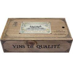 Skrzyneczka Provence. Drewniana skrzyneczka robiona na wzór francuskich skrzynek na wino. Ozdobiona grafiką i napisami w stylu francuskim. Wymiary: długość 32 cm, szerokość 18 cm, wysokość 9 cm.