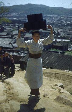 돌계단에서 사진 찍는 네 쌍둥이 2대에 걸쳐 한국에서 의술 활동을 한 호주인 선교사 가족이 찍은 근현대 사진이 처음으로 공개돼 전시된다. 이 � Korean Traditional, Traditional Outfits, Korean Photo, Korean War, The Old Days, Old Pictures, Historical Photos, Vintage Photos, Korean Fashion