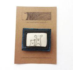 en cuir?Felt brooch Bears gray and bright blue thread. €12,00, via Etsy.