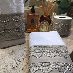 Este modelo é uma toalha de lavabo decorada em linho fendi, renda guipir fendi, bordadas as pérolas em fio duplo. As toalhas são felpudas em algodão, com detalhes em viscose ou poliéster, macia e bem absorvente. Porta papel higiênico em linho fendi e aplicação de renda Guipir Fendi com fechamento... Linen Baskets, Burlap Garden Flags, Elephant Applique, Bathroom Crafts, Crochet Towel, Book Of Shadows, Sewing Techniques, Home Textile, Paper Dolls