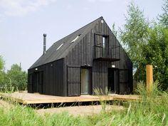 Haus Fassade Farben – 14 Modern schwarz Häuser von auf der ganzen Welt / dieses komplett schwarz Haus liegt in einem abgelegenen Feld und fungiert als Rückzugsort vom hektischen Alltag.