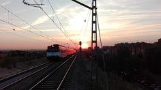 28. Tren del amanecer. Todos los días viajo y ante mis ojos pasa la belleza, que no te pase desapercibida. #FotoViajes