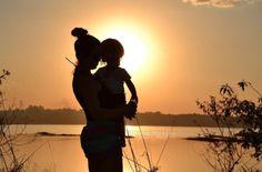 """""""A nova maternidade e o tempo de conexão - ou de desconexão entre você e o bebê até que ele seja um ser totalmente individualizado - passa. Mas, enquanto estiver nessa profundo vínculo de almas, a maternidade chega a ser tão absorvente que parece sequestrar nossos cérebros, da mesma forma que faz com os nossos corações. Mas, aquilo que uma mãe aprende na flor da pele, no vínculo, no dia a dia exaustivo porém transbordado de amor é nada mais, nada menos do que vivenciar profundamente a base…"""