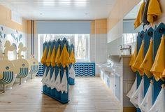 Туалет с ширмами-вешалками для полотенец и экранами в виде китов, разделяющими унитазы.