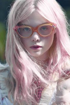 Elle Fanning looking all lovely in pink hair. Makes me want to get pink hair sooo bad. Pastel Hair, Pink Hair, Pastel Pink, Blonde Hair, Dakota And Elle Fanning, Ellie Fanning, Girls With Glasses, Blonde With Glasses, Nice Glasses