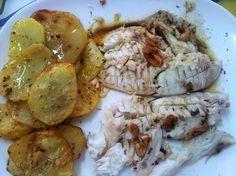 Xáragu (sargo) del Cantábrico (pescado por papá) al horno con patatines y un refritillo de ajos y pimentón :)