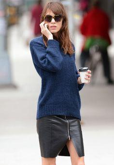 Pull-over bleu masculin + jupe en cuir zippée = le bon mix !