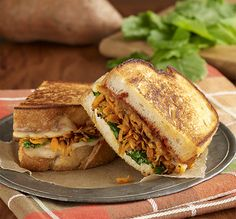 Sándwiches de Queso con Col Rizado ('Kale') y Camote: Un sándwich vegetariano de queso con pan francés y salsa balsámica de tomate y relleno con camote rallado, col rizado ('kale') pequeño y queso Havarti