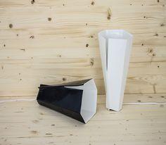 La lampada Fold bianca sembra un foglio accartocciato. Può essere posizionata sul tavolo in molti modi, modellando gli effetti di luce a seconda dell'ambiente che si vuole ricreare. La luce led ha un bluetooth speaker integrato.