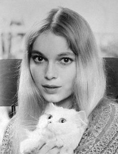 almost famous cats-Mia Farrow with a celebrity cat