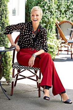 Polka dots with red pants Over 50 Womens Fashion, Fashion Over 40, Look Fashion, Fashion Outfits, Fashion Trends, Chicos Fashion, Advanced Style, Red Pants, Look Chic