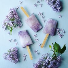 Lilac popsicles are both refreshing and easy to make. Add some real lilac blossoms to the popsicles to make them really beautiful. Frozen Desserts, Frozen Treats, Just Desserts, Lilac Flowers, Edible Flowers, Cordial Recipe, Flower Food, Party Decoration, Popsicle Recipes
