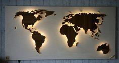 Handgefertigte, einzigartige Weltkarte mit Beleuchtung und 3D-Effekt im Vintage-Look! Nord- und Südamerika, Afrika, Eurasien und Australien sind leicht erhöht angebracht und werden von unten mit einem dezenten LED-Lichteffekt beleuchtet. Kleinere Inseln sind tiefer angebracht und werden indirekt angestrahlt, wodurch ein spannender 3D-Effekt zustande kommt. Der Hintergrund ist aus einem Stück gefertigt: Eine helle und stabile Sperrholzplatte Pappel, die einen tollen Kontrast zu der Maserung…