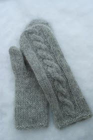 Blåbærlina: Flettevottemønster Knitting Stitches, Knitting Patterns Free, Knitting Socks, Hand Knitting, Knitted Mittens Pattern, Knit Mittens, Fingerless Gloves Knitted, Knitted Hats, How To Purl Knit