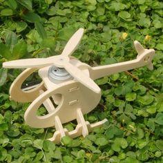 Pas besoin de colle pour cette maquette en bois !Une source lumineuse gratuite comme le soleil fait tourner le rotor principal.