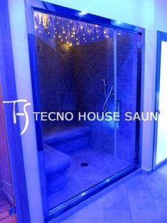 Bagno turco con porta a vetro e vetrata panoramica con cielo stellato in fibra ottica a LED con cromoterapia.