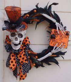 10 of the best Hallowe'en Wreaths - From Tiny Pennies - - Looking for inspiration? Here are 10 of the best Halloween door decorations available to buy or DIY! Spooky Halloween, Deco Porte Halloween, Diy Halloween Decorations, Holidays Halloween, Halloween Crafts, Happy Halloween, Diy Halloween Wreaths, Wreaths Crafts, Halloween Lanterns