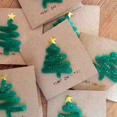 """""""Loving these easy pipe cleaner Christmas cards! What a great idea! 96 sleeps to go!! #makekits #pinterest #christmascardideas #craftkits #kidsactivities…"""""""
