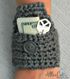 Crochet Diy Picture - This little reflective wrist pouch free crochet pattern works up in no time, using reflective yarn, and it perfect for holding small things, during your morning or evening jog. Mode Crochet, Crochet Diy, Crochet Gifts, Crochet Ideas, Crochet Handbags, Crochet Purses, Crochet Bags, Crochet Wallet, Knitting Patterns