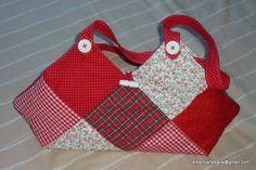 Bolso en tonos rojos y blancos, con detalles en botones blancos.