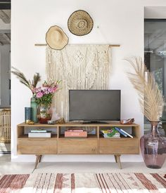 Multicoloured Woven Cotton and Wool Rug with Tassels on Maisons du Monde. Take your pick from our furniture and accessories and be inspired! Over Tv Decor, Decor Around Tv, Desk In Living Room, Boho Living Room, Living Room Decor, Tv Unit Decor, Tv Wall Decor, Wall Art, Tv Vintage