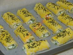 Hazır yufkadan çıtır börek yapmak için; ilk olarak böreğin iç malzemesini hazırlayın. Bir kap içine lor peynir, beyaz peynir ve 1 tutam ince ince doğranmış